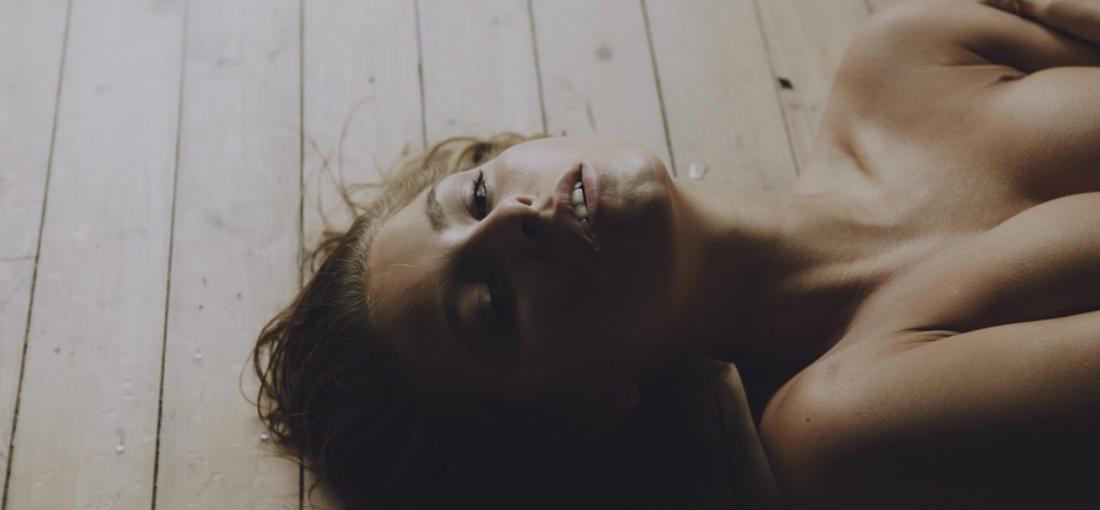 Belgische schoonheid Marisa Papen gaat wederom uit de kleren (NSFW)