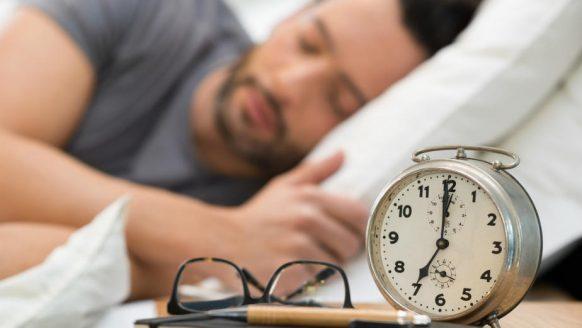 Dit is waarom je stuiptrekkingen hebt voordat je in slaap valt