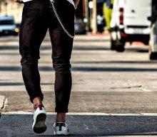 Lente look: opgerolde broek en blote enkels
