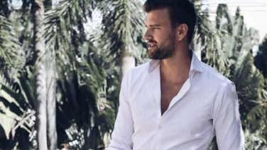 Waarom het witte hemd een must-have voor de zomer is