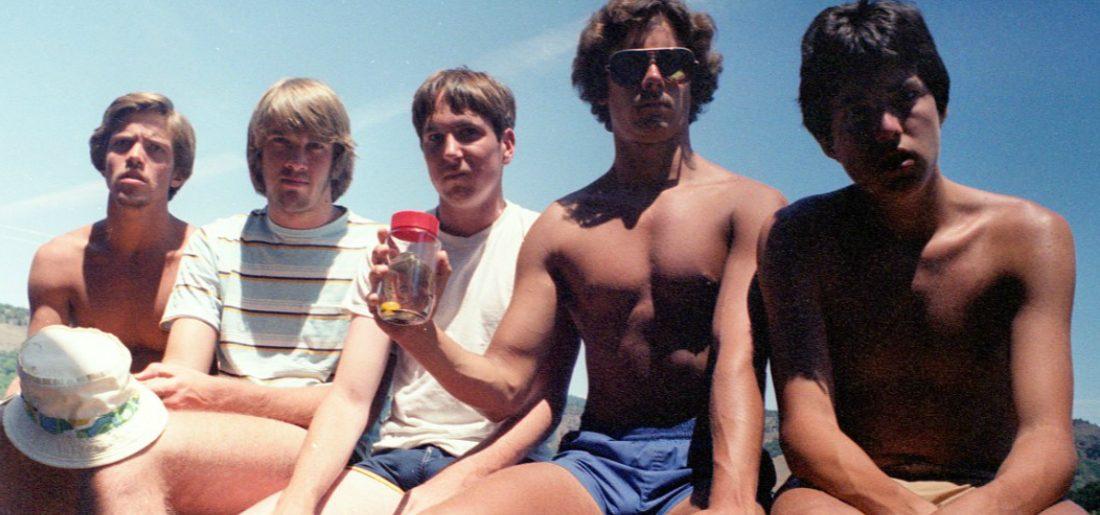 De groep vrienden neemt al 35 jaar dezelfde foto