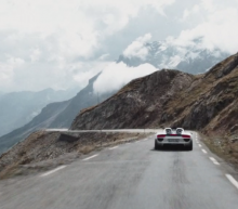 Video: met 19 Porsche Spyders dwars door de Alpen
