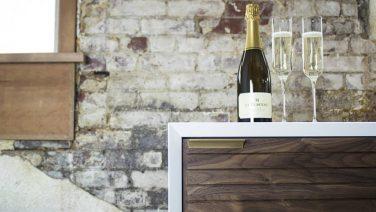 Deze wijnklimaatkast is een toevoeging aan elk interieur