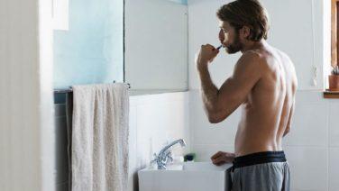 Vrouwen worden helemaal gek van deze mannelijke badkamer gewoontes