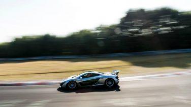 Zien: een McLaren P1 eet de Nürburgring op
