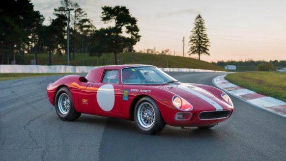 Zien: een Ferrari 250 LM uit 1964 op z'n staart trappen