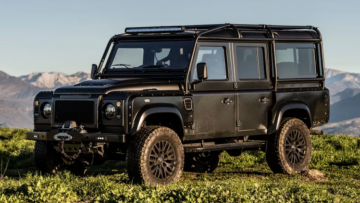 Een waar off-road monster: All-black Land Rover Defender