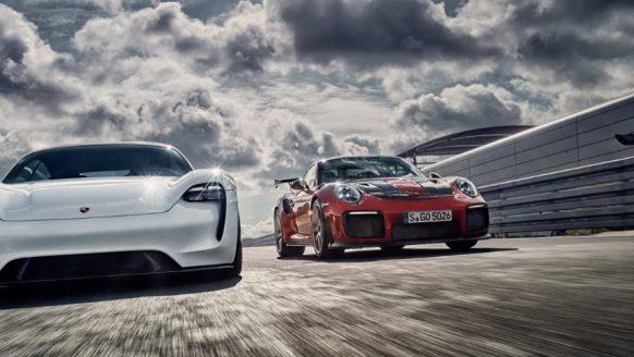 De Porsche Mission E en GT2 RS 'Widowmaker' samen op het circuit