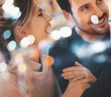 Wat te doen als jouw vriendin met andere mannen flirt
