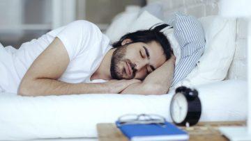 Onderzoek wijst uit: mensen die moeilijk hun bed uit komen zijn intelligenter