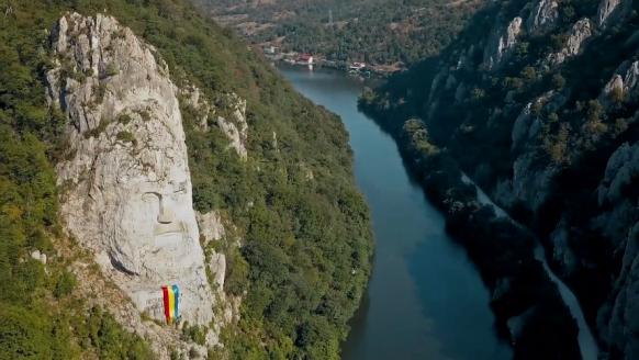 Vlieg boven Roemenië met deze dynamische dronevideo