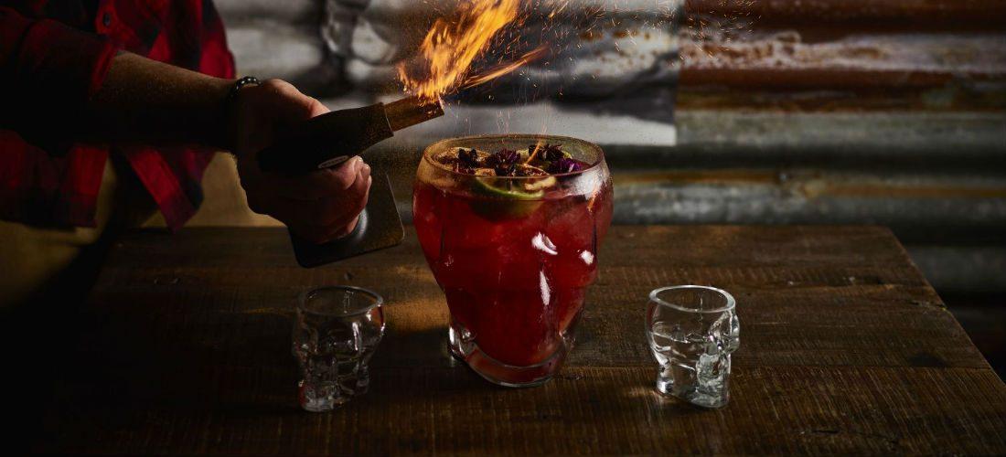 De mannelijkste cocktails en het lekkerste vlees komen samen bij Pigs & Punch