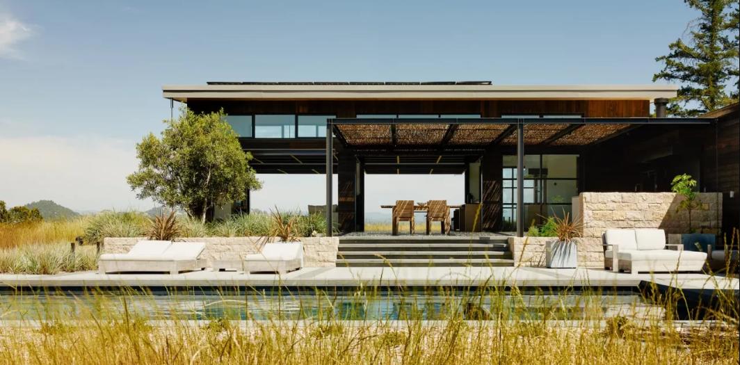 Dit strakke buitenhuis in Californië is een oase van rust