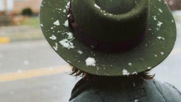 3 stijlvolle manieren om een hoofddeksel te dragen