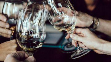 Deze wijnbarren in Amsterdam zijn een bezoek waard