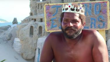 Deze man is het oneens met de huurpijzen en woont al 22 jaar in een zandkasteel